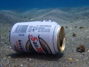 Lata bebida fondo playa