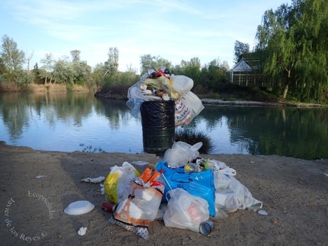 Papela saturada río Tajo en acceso Jardín Príncipe Aranjuez